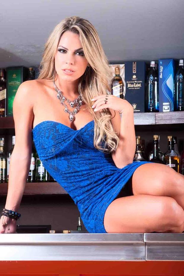 Helen Cris posa em um bar (Foto: Rogério O. Tonello)