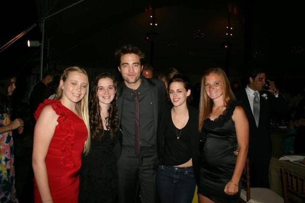 Robert Pattinson e Kristen Stewart no casamento de amigos (Foto: Reprodução/Twitter)