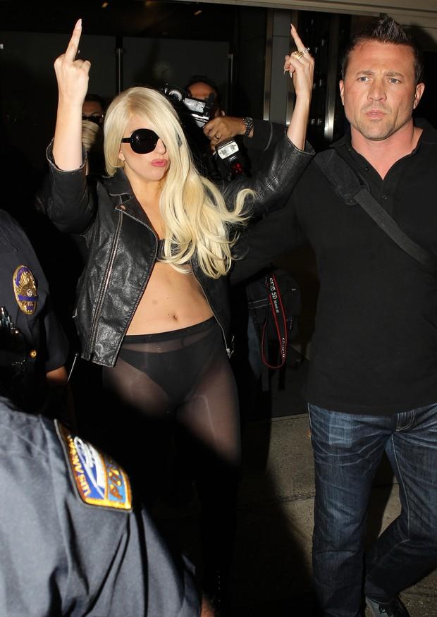 Lady Gaga desembarca em Los Angeles (Foto: Agência/X17)