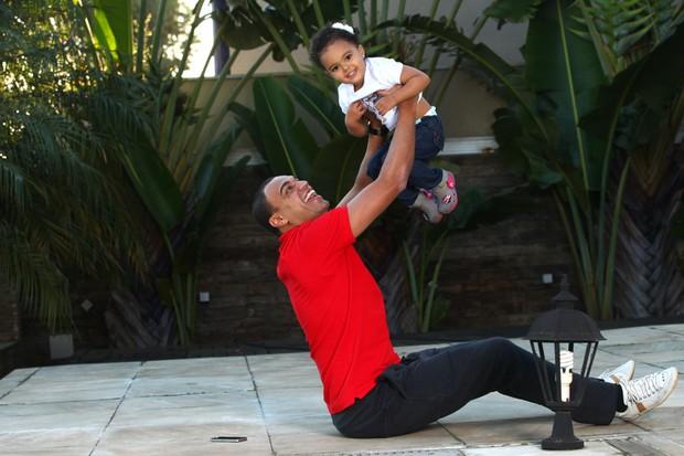 Denilson posa com a filha para o EGO (Foto: Iwi Onodera/EGO)