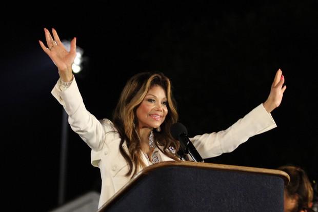 Latoya Jackson em homenagem ao pai, Michael Jackson, em Gary, em Indiana, nos Estados Unidos (Foto: AFP/ Agência)