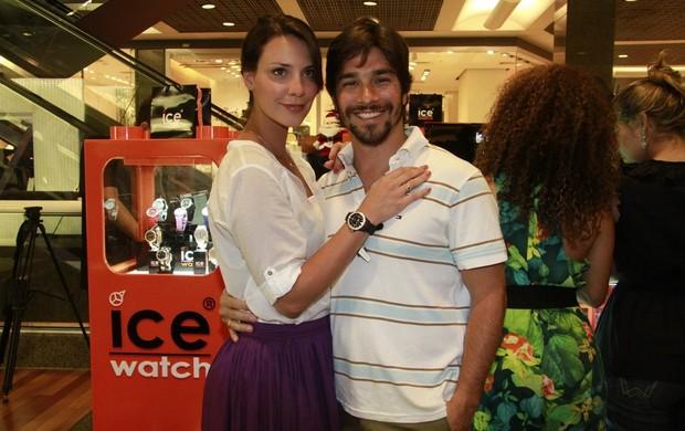 Camila Rodrigues e o namorado em inauguração de loja de relogios (Foto: Isac Luz / EGO)