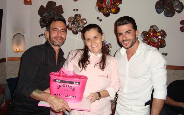 Harry Louis com a doceira Fernanda Toledo e Marc Jacobs com seu bolo de aniversário (Foto: Divulgação)
