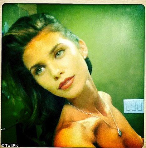 AnnaLynne McCord accidentally posts topless picture on Twitter  Read more (Foto: Reprodução / Twitter)