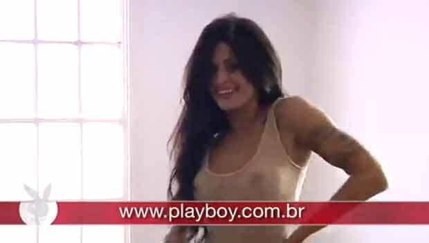 Aline Riscado nos bastidores de ensaio nu (Foto: Reprodução/YouTube)