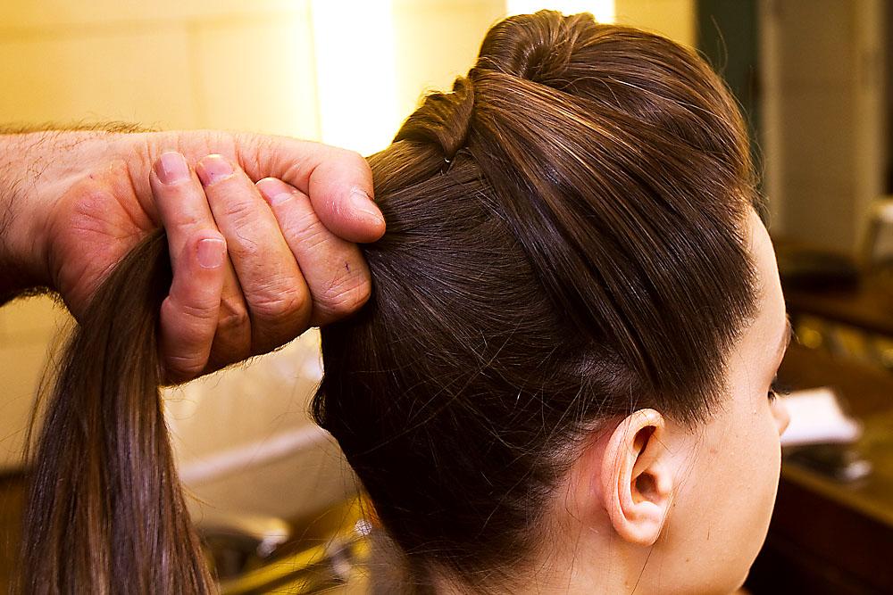 Coloque um elástico, fazendo um rabo de cabelo