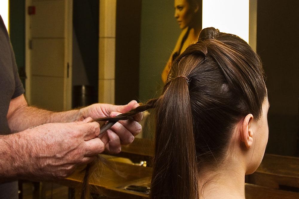 Para esconder o elástico, pegue um mechinha lateral do cabelo e torça, como na foto