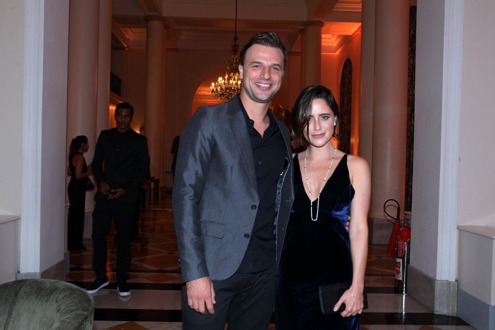 Cássio Reis e Fernanda Vasconcellos em prêmio de teatro na Zona Sul do Rio