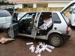 Três carros carregados de cigarros contrabandeados foram apreendidos. (Foto: PRF/ Divulgação)