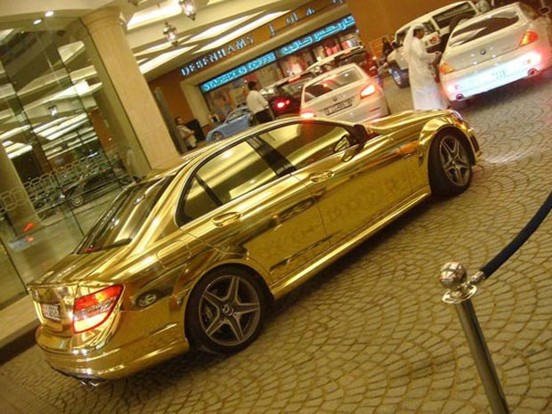Mercedes-Benz C63 dourada no estacionamento de um shopping em Dubai