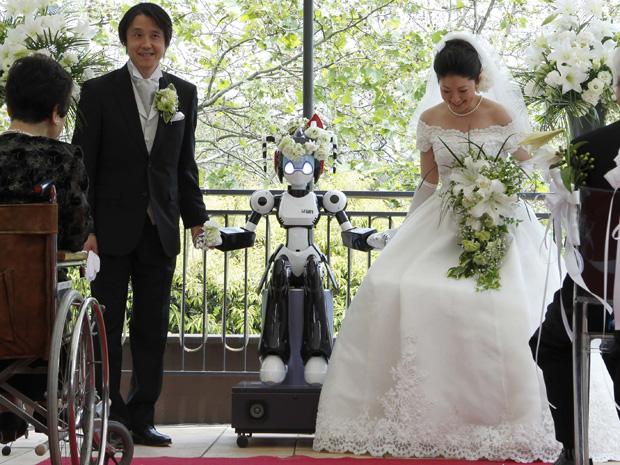"""Robô chamado """"I-Fairy"""" conduz cerimônia de casamento de um casal em Tóquio, no Japão. Os noivos decidiram usar o robô para conduzir a celebração porque foi o interesse por robôs que fez ambos se conhecerem."""