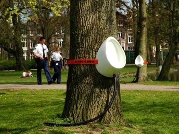 Sam desenhou mictórios de plástico que podem ser presos em árvores