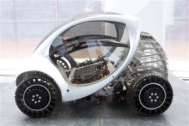 O carro elétrico Hiriko Citycar foi apresentado nesta quinta-feira (27) na Alemanha. Criado pelo Massachusetts Institute of Technology (MIT) e produzido na região basca, na Espanha, o veículo oferece lugar para duas pessoas e é voltado para o uso urbano.