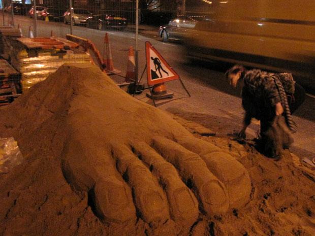 Pé foi esculpido durante a noite em Londres