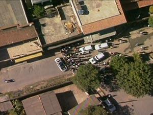 Movimentação na rua em que fica a casa citada por adolescente em depoimento