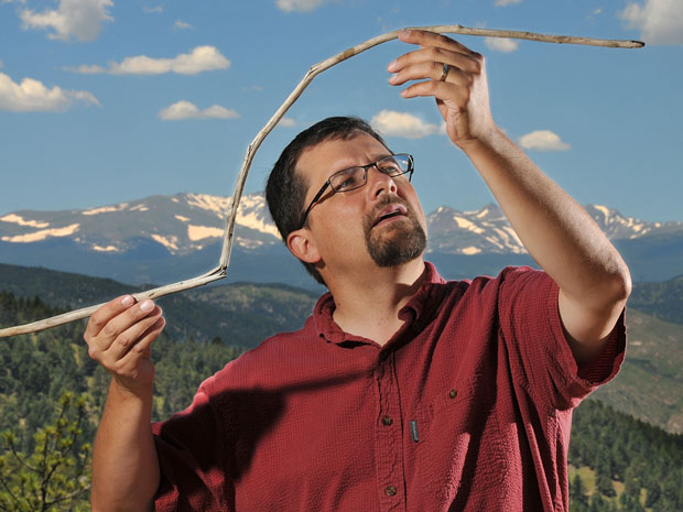 O arqueólogo Craig Lee com o artefato de 10 mil atrás