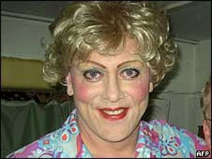 O comediante Jon Gnarr, prefeito da capital da Islândia, em sua versão drag queen