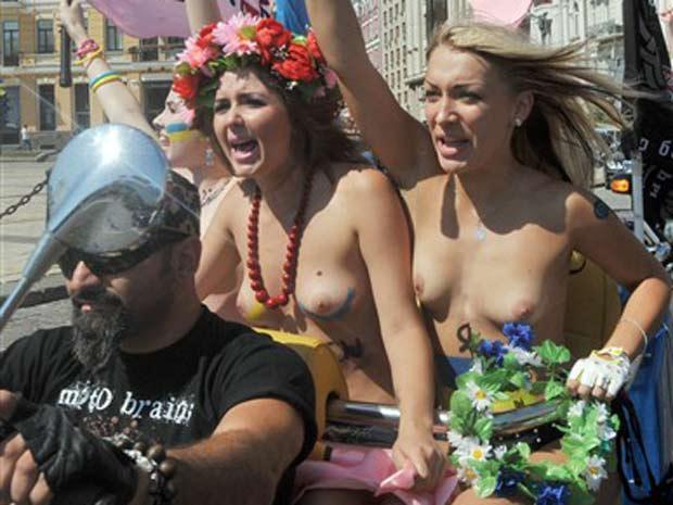 Mulheres saíram de topless durante um desfile de motocicletas.