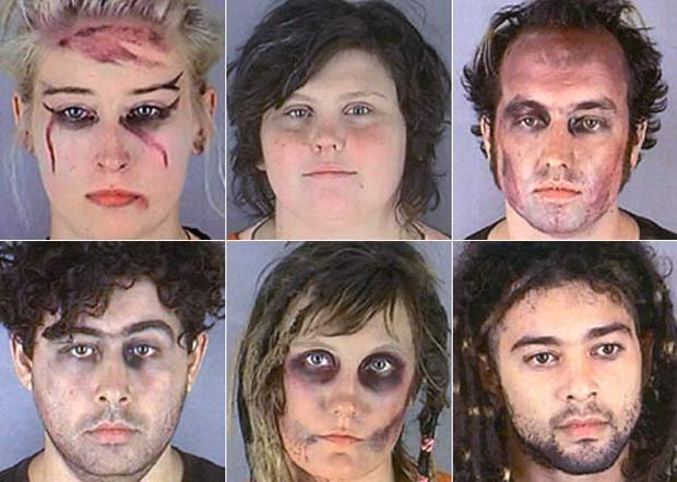Seis membros do grupo caracterizado como zumbis que foi preso em 2006.