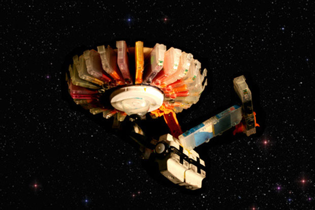 Artista recriou cenas de filmes e de seriados utilizando apenas cartuchos usados de impressoras. Na imagem, ele mostra a nave estelar Enterprise, do seriado e dos filmes de 'Jornada nas estrelas'.