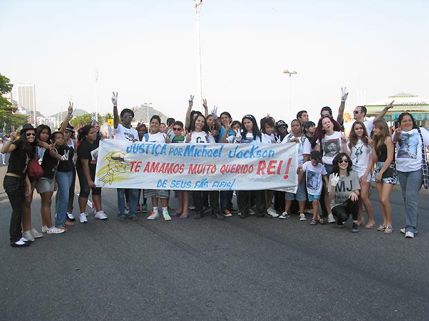 Fãs do cantor norte-americano Michael Jackson, morto em junho de 2008, organizaram um flashmob e se encontraram na Praia de Copacabana, na Zona Sul do Rio, para homenagear o rei do pop. Se estivesse vivo, Michael completaria 52 anos neste domingo (29)