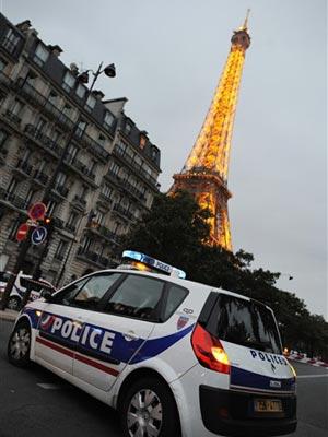 Carro de polícia parado próximo à Torre Eiffel após a ameaça de bomba nesta terça-feira (28).