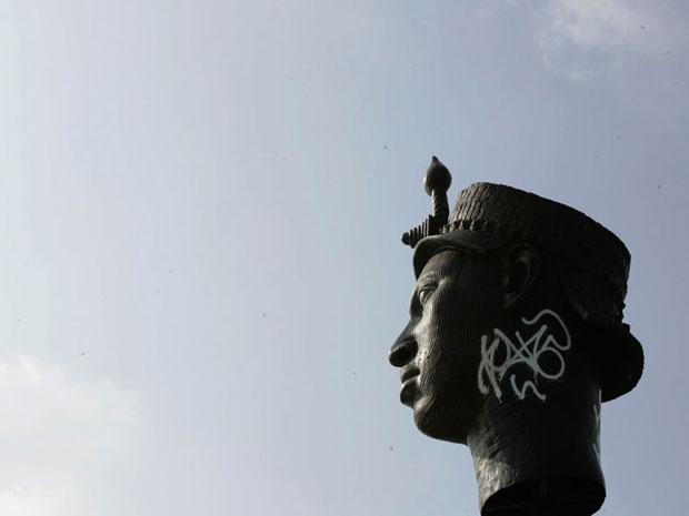Estátua do Zumbi pichada