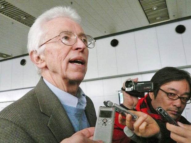 Siegfried Hecker fala com a imprensa no aeroporto de Pequim, ao voltar da Coreia do Norte, em 13 de novembro