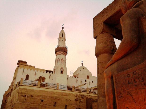 Mesquita construída sobre ruínas de templo do Egito Antigo, em Luxor
