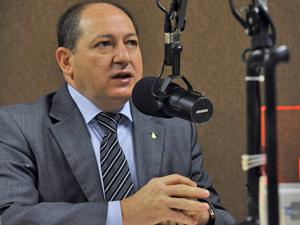 O diretor-geral do Departamento Nacional de Infraestrutura em Transportes (Dnit), Luiz Antônio Pagot, dá entrevista ao programa Brasil em Pauta, da Rádio Nacional (Foto: Elza Fiúza/AB)