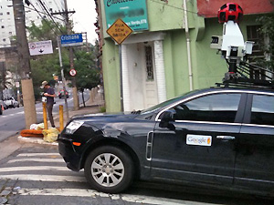 Novo carro do serviço Street View mapeia rua em São Paulo (Foto: G1)