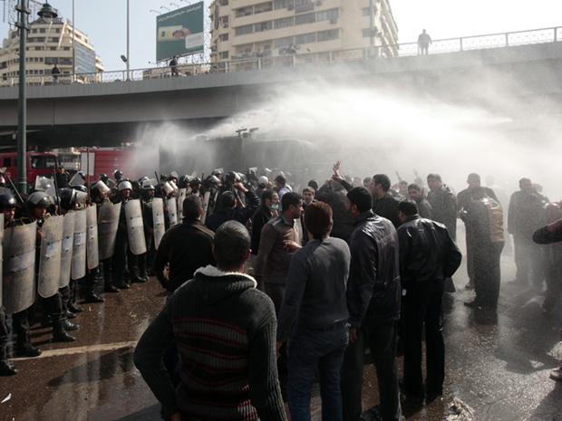 Polícia joga água para dispersar manifestantes nesta sexta-feira (28) no Cairo