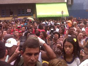 Movimentação em frente a hotel em Caxias (Foto: Carolina Lauriano/G1)