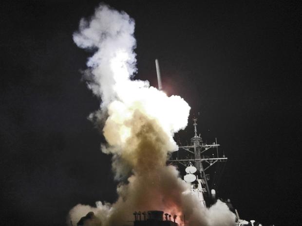 Míssil Tomahawk é lançado neste sábado (19) do destróier americano USS Barry, no Mar Mediterrâneo, em foto divulgada pela Marinha dos EUA. (Foto: Reuters)