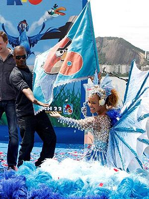 Jamie Foxx brinca com passista de escola de samba. Filme serviu para lançar versão especial do game 'Angry birds' (Foto: AGgNews)