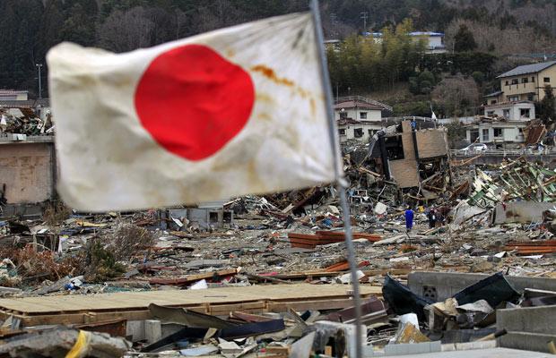 Bandeira do Japão é vista em região atingida pelo terremoto, em Onagawa, na província de Miyagi (Foto: Eugene Hoshiko/AP)