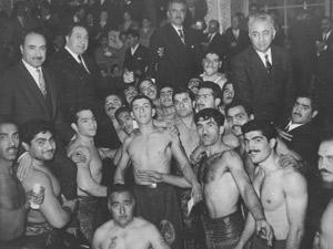 Cena de 'Uma odisseia iraniana' mostra grupo de lutadores transformados em milícias que ajudaram no golpe de 1953 orquestrado pela CIA (Foto: Divulgação)