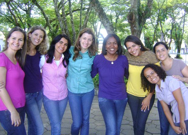 Eliana (terceira da esquerda para a direita) e suas colegas de casa não conversam depois das 22h durante todos os dias da Queresma (Foto: Arquivo/Canção Nova)