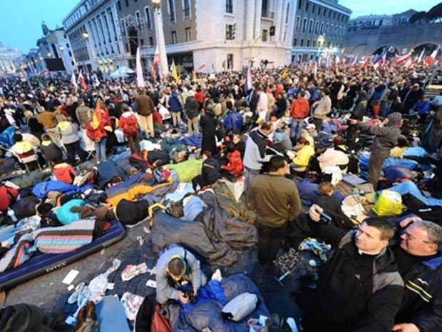 Fieis se aglomeram na Via della Conciliazione, em Roma, à espera da cerimônia de beatificação de João Paulo II (Foto: Mario Laporta / AFP)