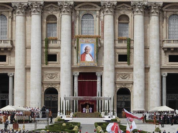 Retrato de João Paulo II é exposto na fachada da basílica de São Pedro, no Vaticano, durante cermônia (Foto: Andrew Medichini / AP)