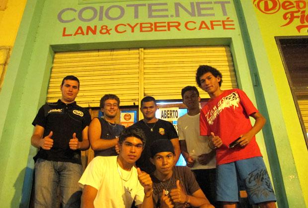 Parte do clã Dota Club reunido em frente à lanhouse onde sempre joga (Foto: Laura Brentano/G1)