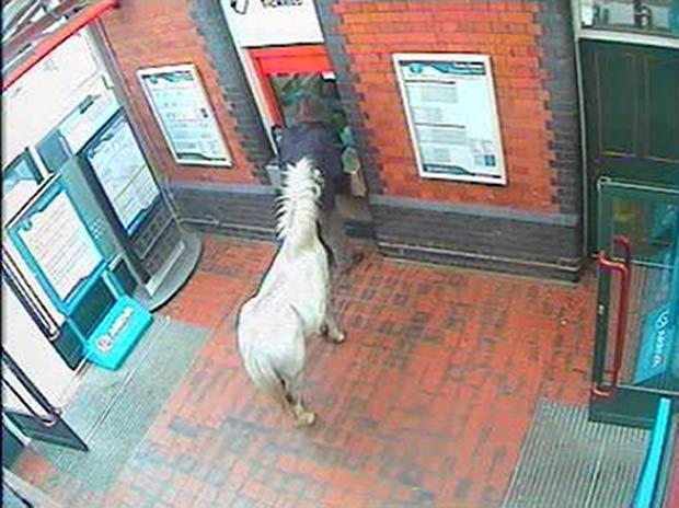 Imagem mostra homem tentando comprar passagem. (Foto: Arriva Trains Wales/PA/AP)