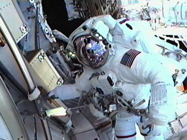 O astronauta Feustel antes de iniciar a caminhada pelo espaço. (Foto: Nasa TV)