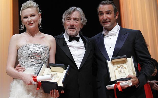 Robert De Niro, o presidente do júri em Cannes, posa entre os vencedores do prêmio de melhor atriz e ator, Kirsten Dunst e Jean Dujardin.  (Foto: Reuters)