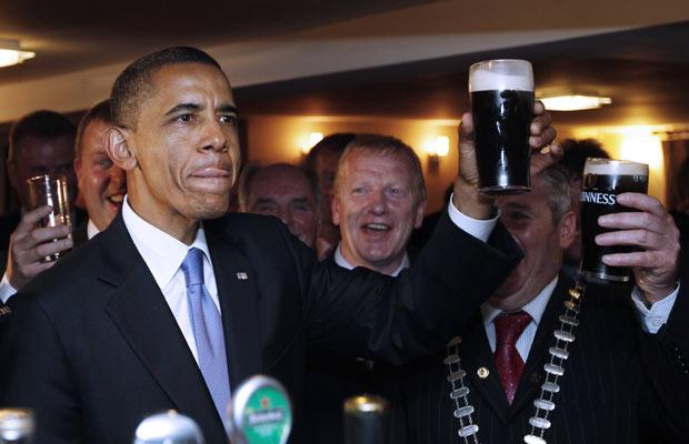 O democrata visita o país no início de sua turnê europeia para celebrar suas origens europeias. (Foto: AP)