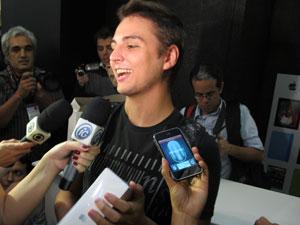 O estudante Pedro Wilson foi o primeiro brasileiro a comprar o iPad 2 (Foto: Carlos Giffoni/G1)