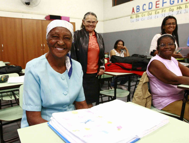 Isolina e as colegas da escola, em Londrina, no Norte do Paraná. (Foto: Gilberto Abelha/Gazeta do Povo/Futura Press)