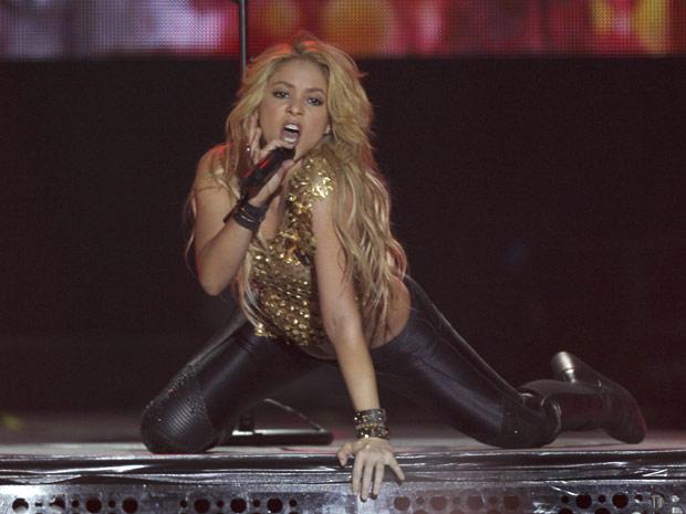 Shakira se apresenta no estádio Bercy, em Paris (Foto: Michel Euler/AP)