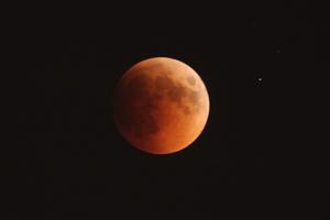 Eclipse lunar registrado em Abu Dhabi (Foto: Hellen Knupp/VC no G1)
