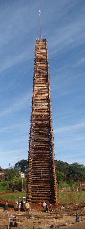 Foram utilizados 220 m³ de madeira na fogueira de 55 metros altura, em São João (PR). (Foto: Divulgação)
